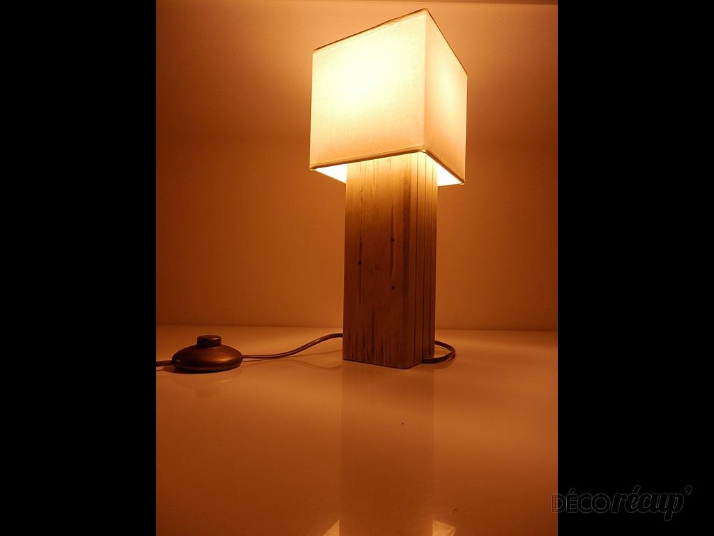 lampe de chevet en palette par palette works. Black Bedroom Furniture Sets. Home Design Ideas